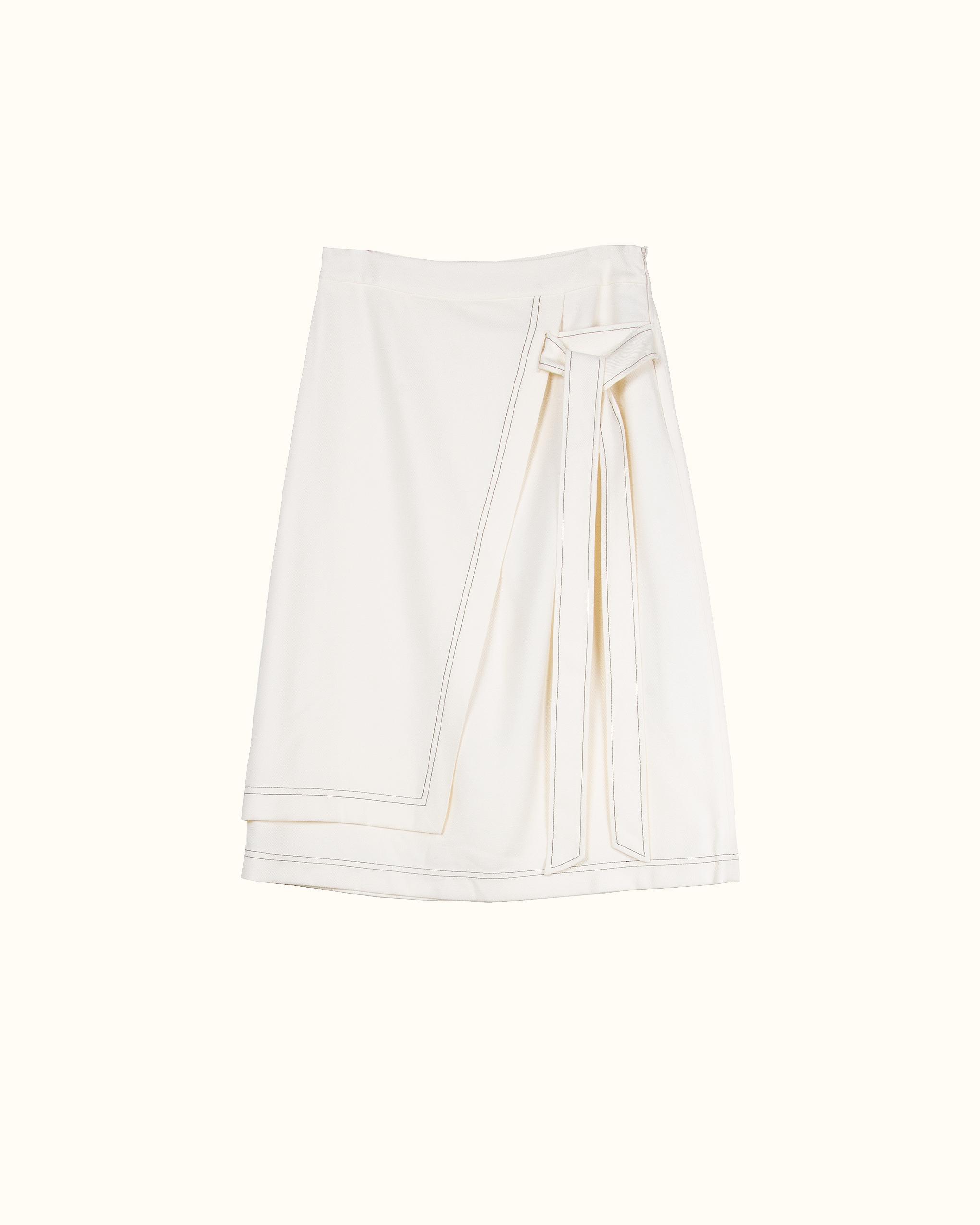 Cream double-layer belted warp skirt.