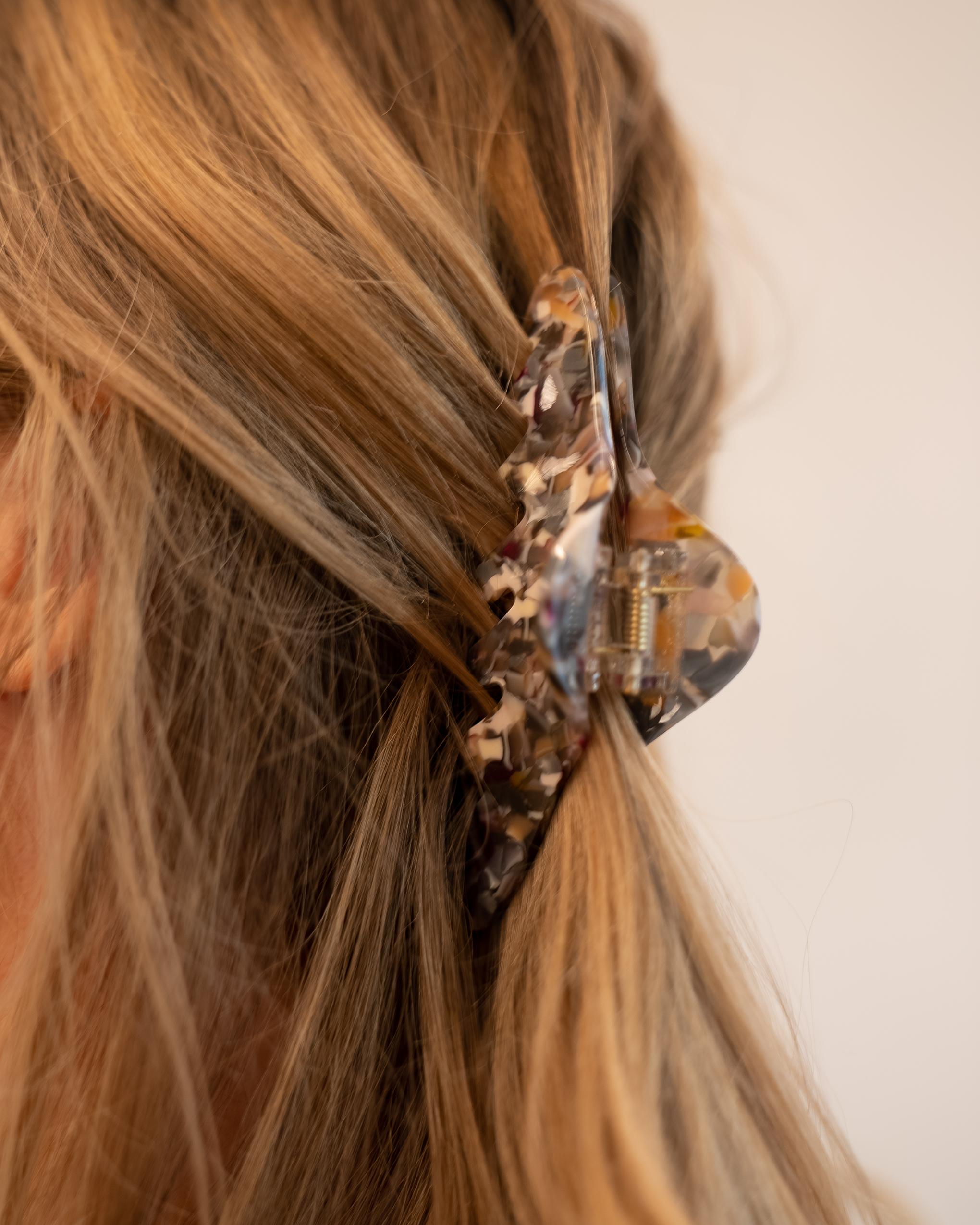 Model wearing Emin + Paul charcoal twist hair claw.