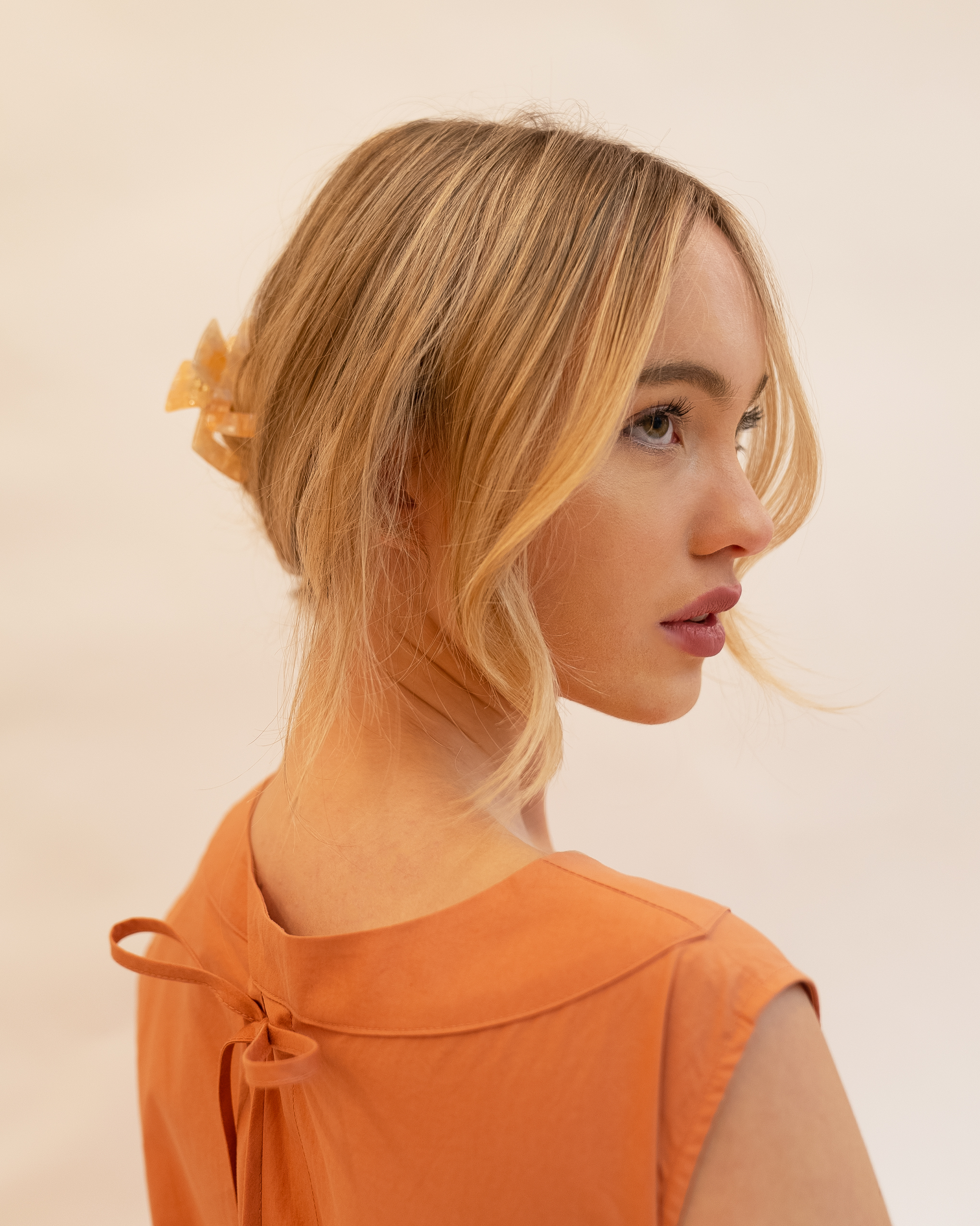 Model wearing Emin + Paul coral opal square hair claw.