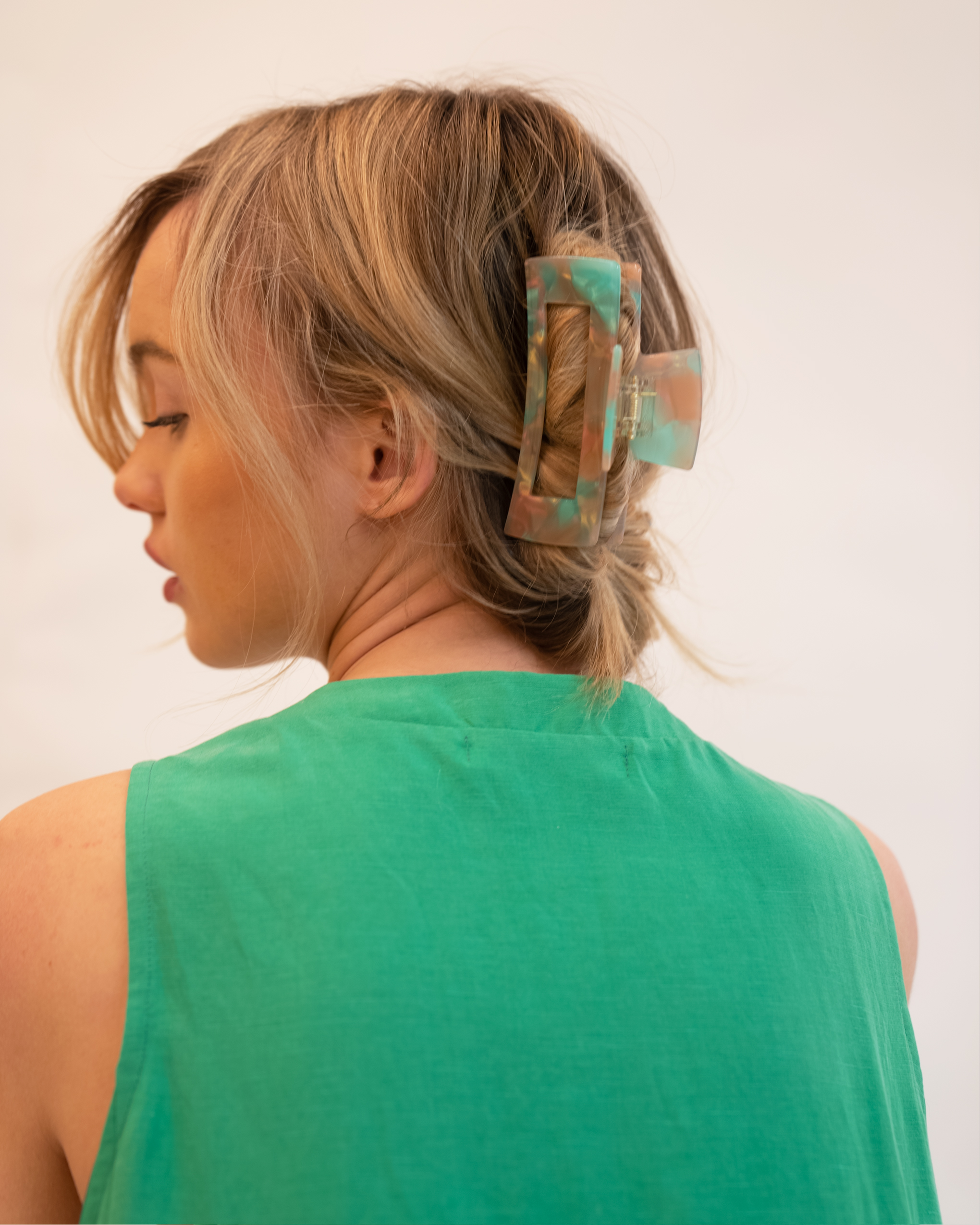 Model wearing Emin + Paul coral reef chunky square hair claw.