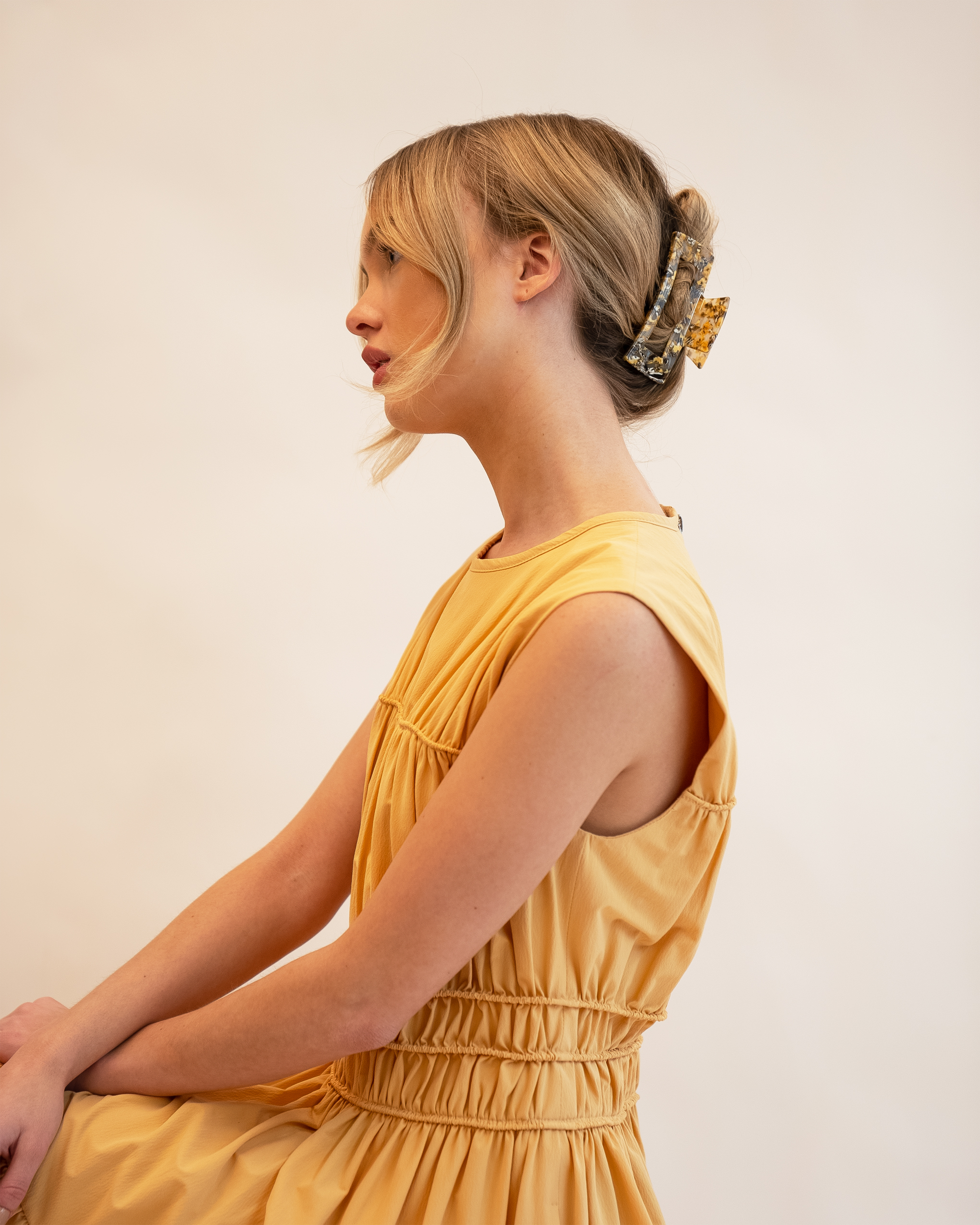 Model wearing Emin + Paul honeycomb chunky square hair claw.
