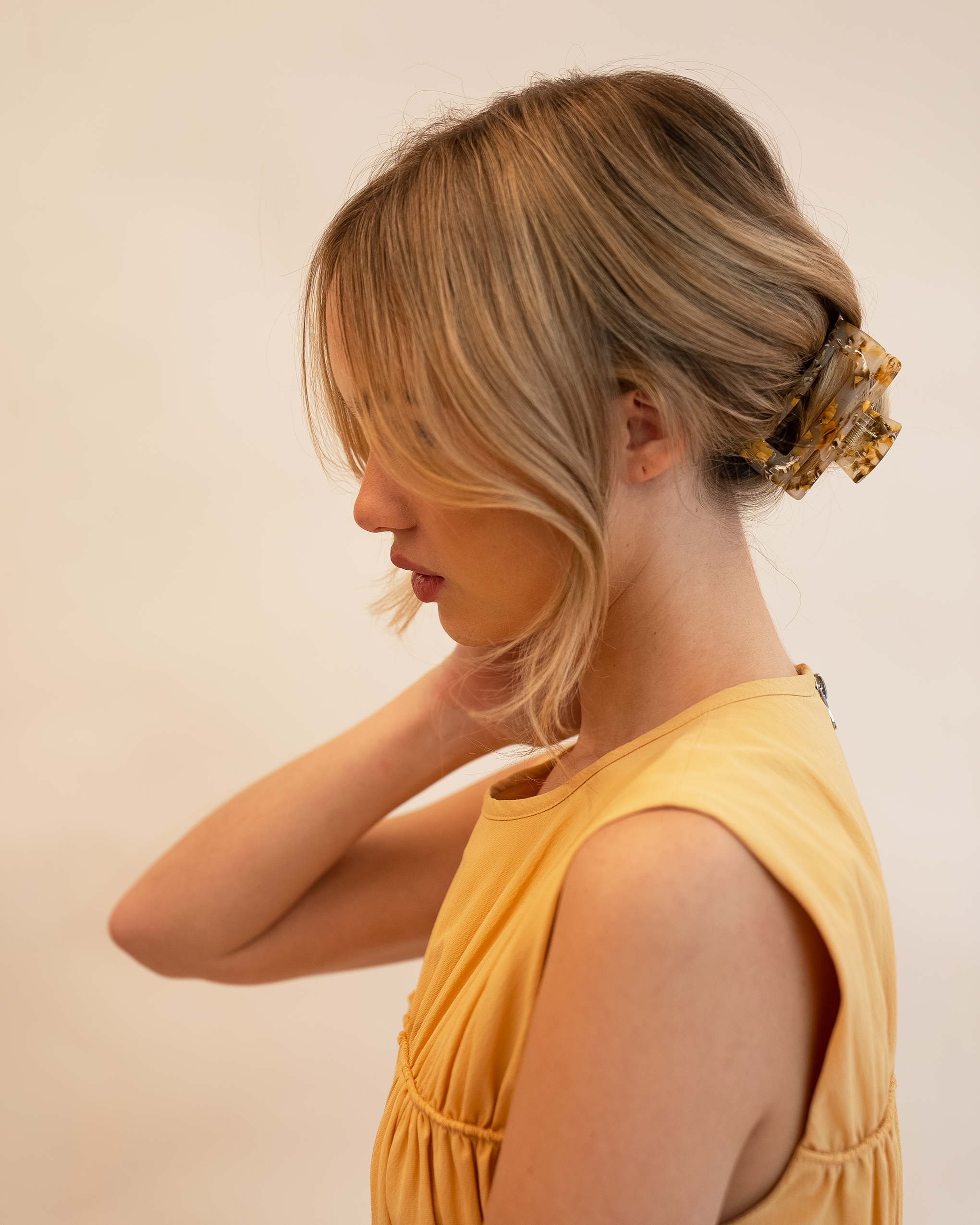 Model wearing Emin + Paul honeycomb square hair claw.