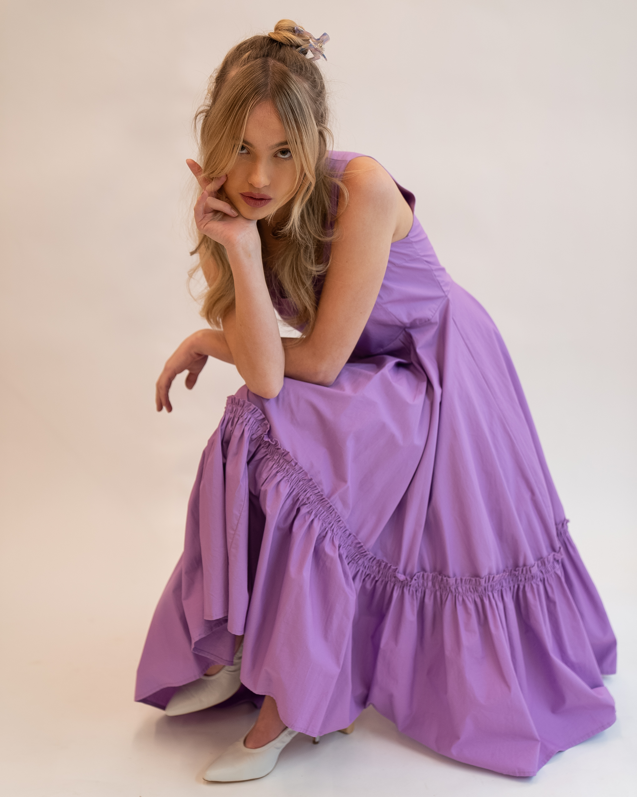 Model wearing Emin + Paul parma violet square hair claw.