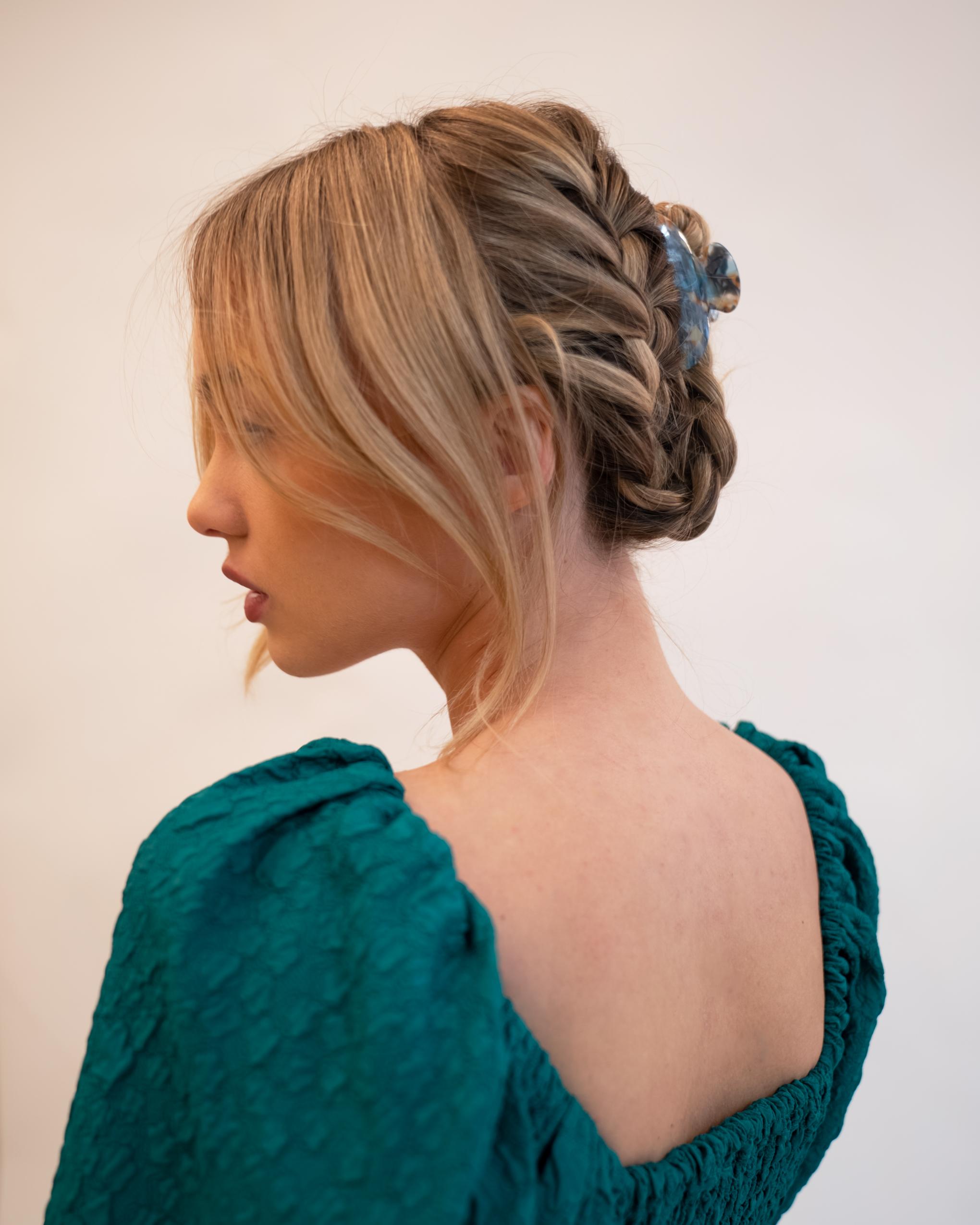 Model wearing Emin + Paul seashore crescent hair claw.