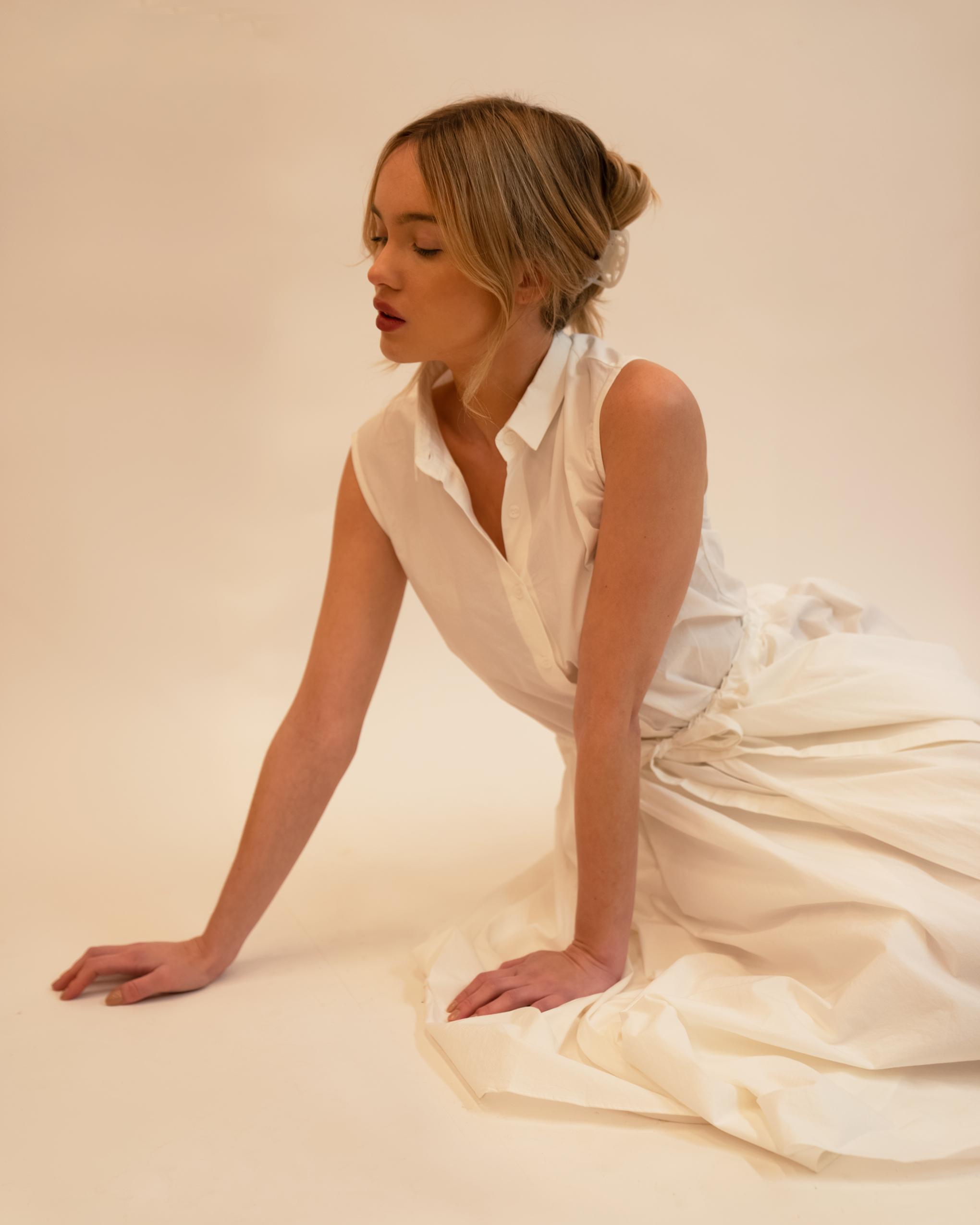 Model wearing Emin + Paul white opal lattice hair claw.
